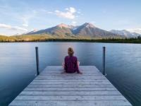pessoa sentada em um pier refletindo na vida