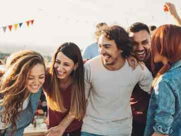 grupo de amigos rindo e se divertindo juntos