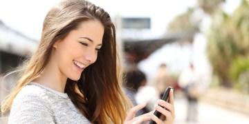 mulher conversando com seu crush no celular