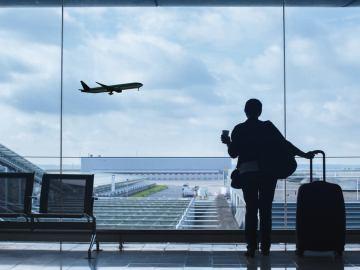pessoa no aeroporto esperando para ir embora
