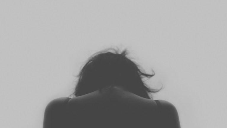 mulher triste e deprimida por causa de decepções