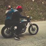 casal conduzindo motocicleta