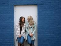 foto de duas meninas melhores amigas se divertindo juntas