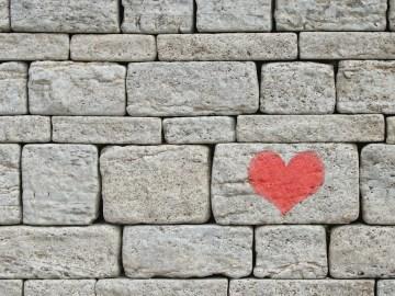 coração desenhado em um muro de pedras