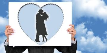homem segurando placa de casal apaixonado