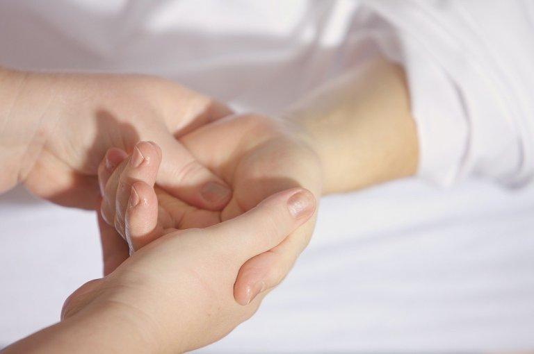 pessoa segurando a mão de outra pessoa que vai fazer cirurgia