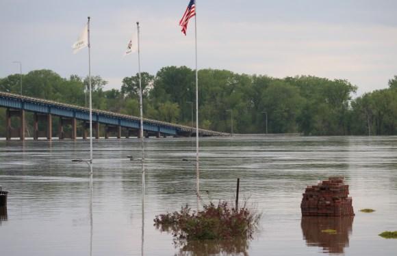 Mississippi River reaches major flood levels