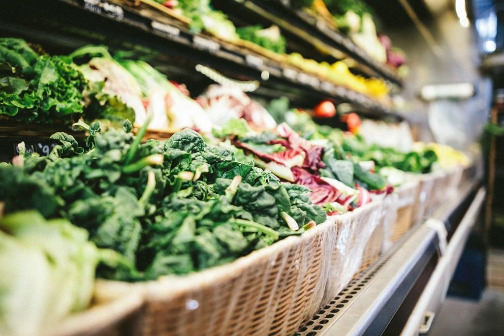 Nhiều hàng rau được trưng bày trên kệ tủ lạnh ở siêu thị