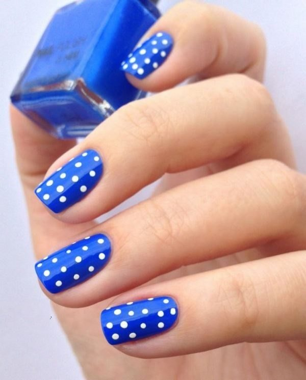 Cooles Polka-Dot-Nagel-Design in Blau und Weiß