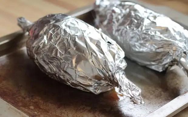 Если хотите, чтобы блюдо приобрело хрустящую корочку, раскройте его за 10-15 минут до готовности / Фото: 123ru.net