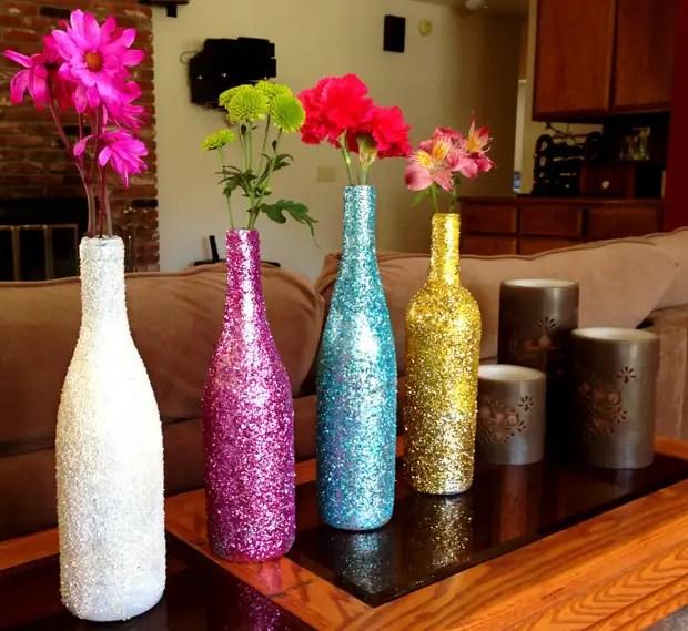 Botol dihiasi dengan berkilau di pedalaman ruang tamu