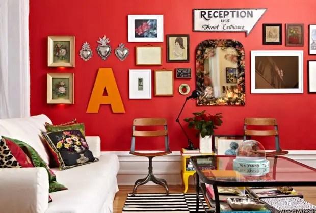 Богемиялық стильдегі ашық қызыл бөлмелі винтаждық кәдесыйлар және заманауи суреттер