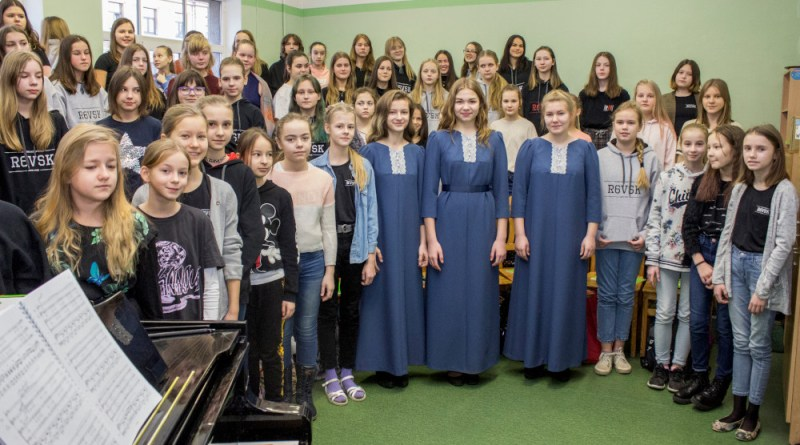 100 kleitas 100 meitenēm