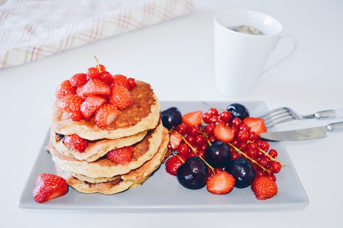 PANCAKES FRUITS ROUGES ET TASSE 1024x681 Pancakes Healthy (sains)