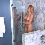 Image Loira safada dando a bucetinha pro cunhado no banheiro