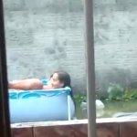 Image Casal é flagrado fazendo sexo de ladinho na piscina