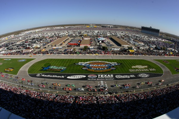 The field of racers is given the green flag for the start of The Dickies 500 NASCAR Race on November 6, 2005 at theTexas Motor Speedway in Fort Worth, Texas. (Photo by Doug Pensinger/Getty Images)