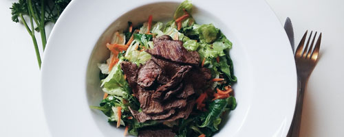 https://foodiesfeed.com/green-salad-with-beef-steak-cuts/