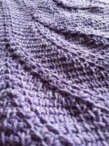 Textured motif of the Tunisian crochet shawl For intérieur (Deep down)
