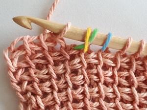 Vous croisez une boucle sur le crochet avec la maille située juste en-dessous de cette boucle.