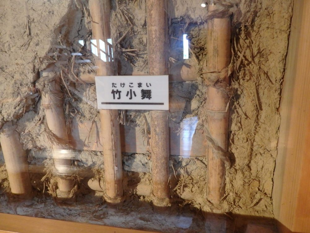 This display in Kanazawa Castle shows how the walls are constructed with sticks, mud, straw and rope. Behind glass are a row of vertical, round stickes and between tthem is mud and straw.
