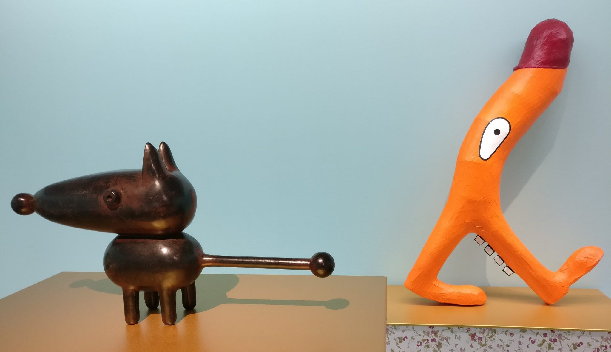 Joost van den Toorn: on the left, Atomic Dog, bronze from 2012; on the right, Hey ho lets go, paper mache from 1984