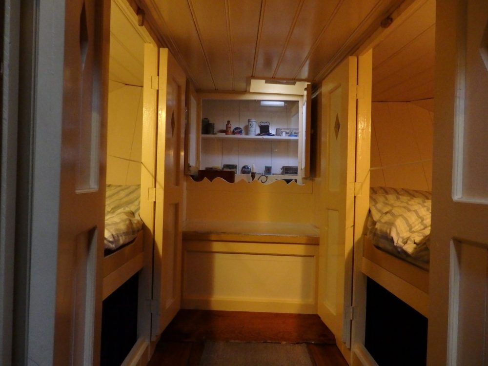 The cupboard beds in the Houseboat Museum. It looks like a normal hallway, doesn't it? That ceiling is about a meter high, I'd guess.