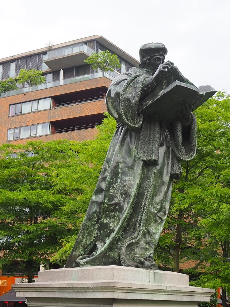 Erasmus statue: very scholarly. A stop on my Rotterdam walking tour of architecture and art.