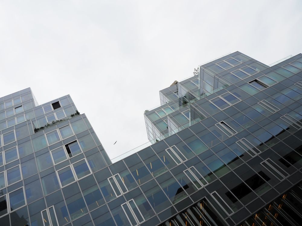 The Timmerhuis in Rotterdam has a mostly glass facade.  A self-guided Rotterdam walking tour