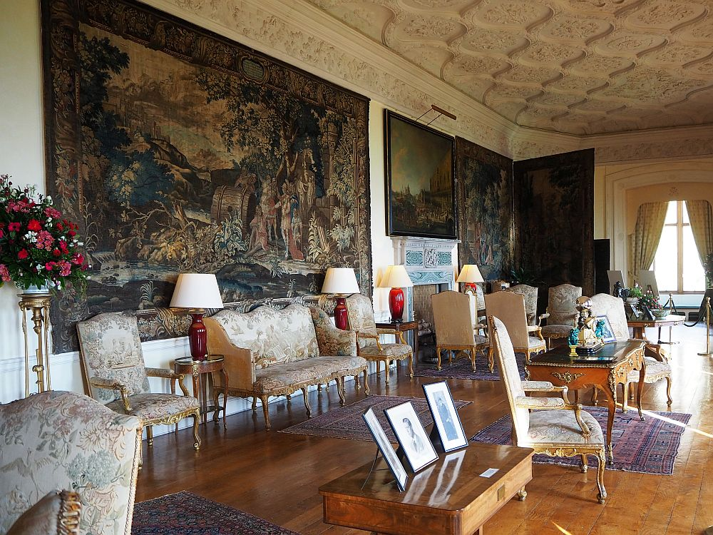 A drawing room? A sitting room? In any case, it didn't give an impression of comfort or relaxation.