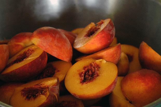 Everybody's Peach Cobbler Recipe   Clean www.lusaorganics.typepad.com
