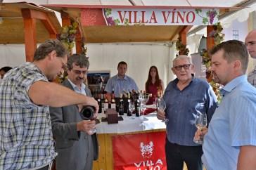 Vizita pred stánkom najväčšieho producenta Villa Vino Rača. Druhý sprava riaditeľ Ján Krampl.