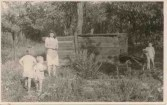 Otec postavil deťom z Hrdličkovskej famílie a susedstva na záhrade aj bunker z drevených latiek.