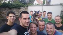 Časť účastníkov brigády v Obecnej záhrade si urobila na záver selfie fotku.