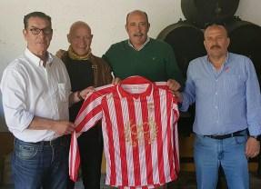 Carmelo Navarro recibe la camiseta del 90 aniversario
