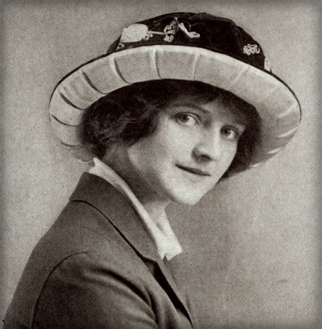 Bust of woman in hat with brim and no feathers. Audobonnet, c. 1900. Image: American Museum of Natural History.
