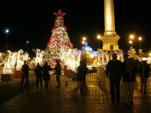 Chihuahua Plaza Mayor durante Navidad, 2006. Image: Lyricmac; Wikipedia.