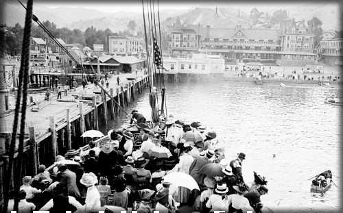 Passengers Arrive in Avalon Hotel Metropole iIn Background, 1904. Image: Water And Power.org..