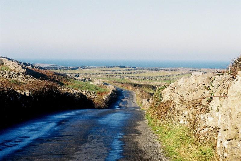 Route et murets Inishmore comté de Galway Irlande