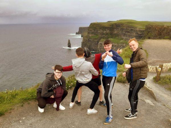 Jeunes irlandais en haut des falaises de Moher, Clare