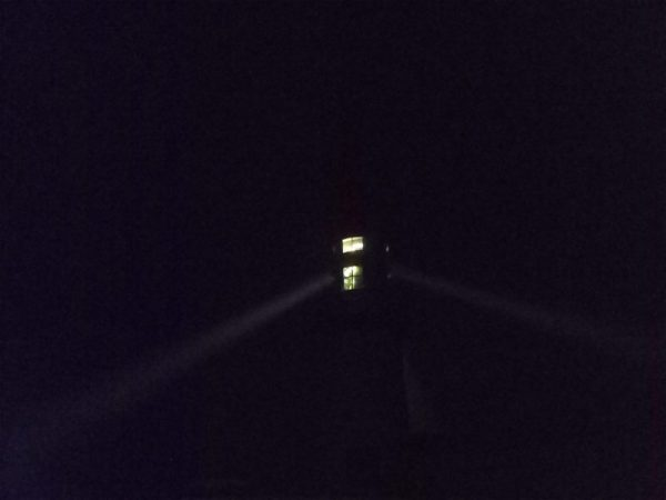 phare irlandais dans la nuit