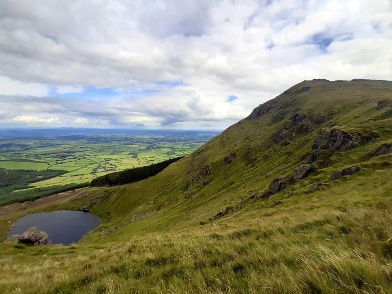 Vue sur lac Mohra randonnée Comeragh Mountains Irlande