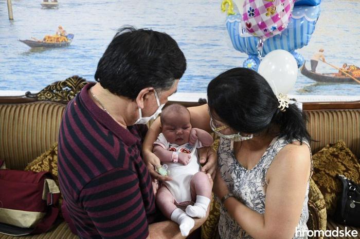 До України приїхали батьки-іноземці деяких із дітей, народжених сурогатними матерями. Фото: Hromadske