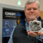 A solução que Bart e seus colegas, Louis Payton e Tony Overfelt, encontraram foi construir um protótipo de impressora capaz de imprimir produtos camada por camada