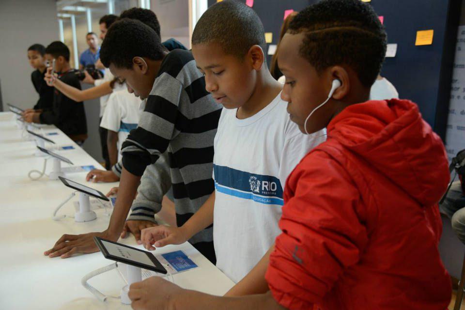 Especialistas defendem a interação ativa dos pais para evitar uso problemático das tecnologias