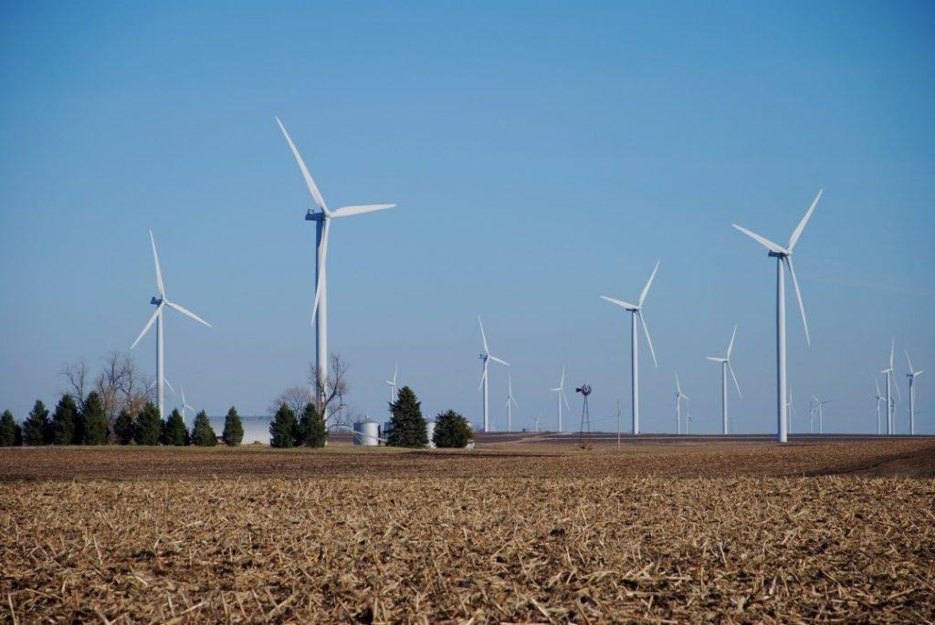 Brasil tem mais de 7 mil aerogeradores em 601 parques eólicos.Foto por Pixabay.