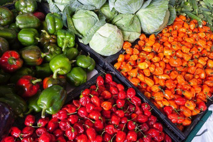 """Aceleração das inovações tecnológicas e mudanças do consumidor vão garantir as vendas de produtos alimentícios pela internet. Foto por John Lambeth em <a href=""""https://www.pexels.com/photo/assorted-vegetable-store-displays-2252584/"""" rel=""""nofollow"""" srcset="""