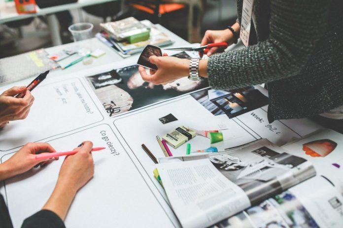 """Levantamento aponta as principais tendências para a área nos próximos cinco e dez anos. Foto por Kaboompics .com em <a href=""""https://www.pexels.com/photo/working-in-a-group-6224/"""" rel=""""nofollow"""">Pexels.com</a>"""