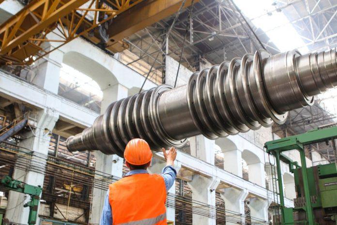 """Pesquisa global da Protivit constata que empresas vêm investindo signitivamente em projetos de Automação de Processos Robóticos (RPA, da sigla em inglês). Foto por Kateryna Babaieva em <a href=""""https://www.pexels.com/photo/man-standing-beside-heavy-equipment-2760242/"""" rel=""""nofollow"""">Pexels.com</a>"""