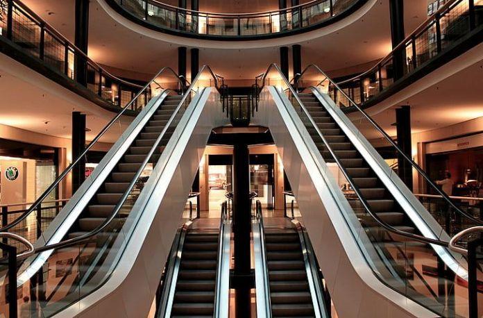 ambiente interno de shopping mostrando escada rolante vazia foto pixabay